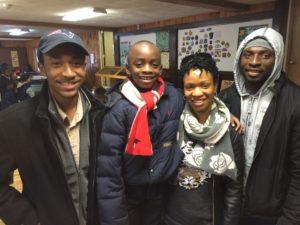 Scout Líder Roy'al en el campamento con una familia de Boston